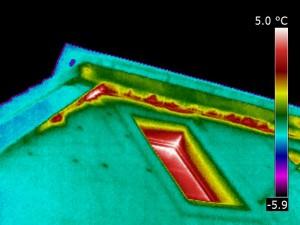 Elewacja zewnętrzna budynku. Przenikanie ciepłego powietrza.