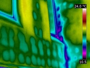 Obniżenie temperatury powierzchni ściany na skutek mostków termicznych.